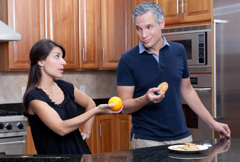 Casal com Comidas Diferentes