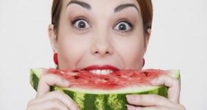 Mulher comendo melancia