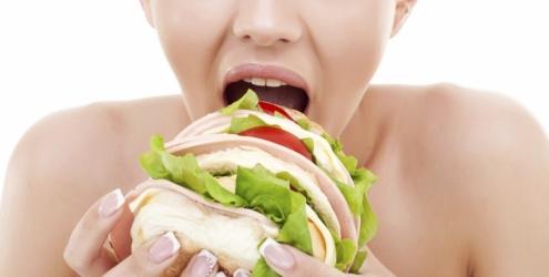 Mulher faminta por hambúrguer