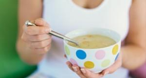 Mulher Tomando Sopa