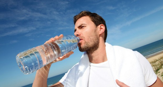 Homem Bebendo Água na Garrafa