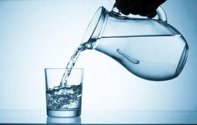 Jarra Servindo Água