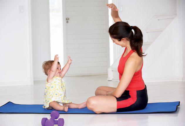 Mãe e Bebê Exercitando-se
