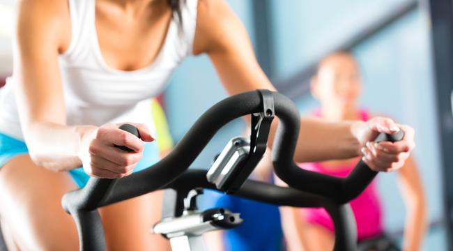 Mulher na Bicicleta Ergométrica