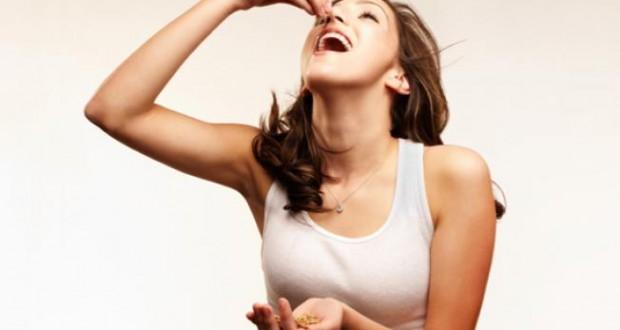 Mulher Comendo Castanhas