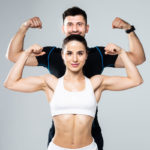 casal mostrando os bíceps