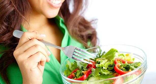 Resultado de imagem para mulher comendo salada