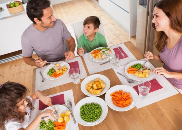 Família almoçando