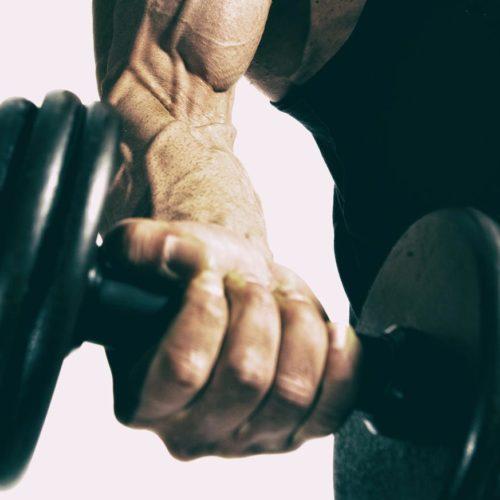 homem fazendo rosca biceps