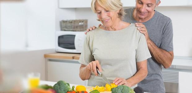 Casal adulto cozinhando
