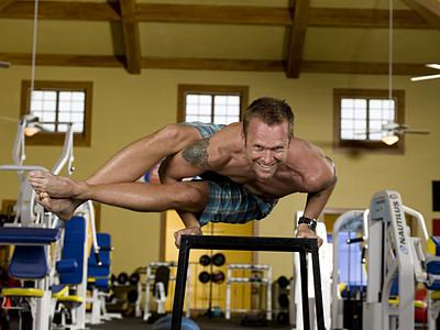 Bob Harper fazendo Yoga