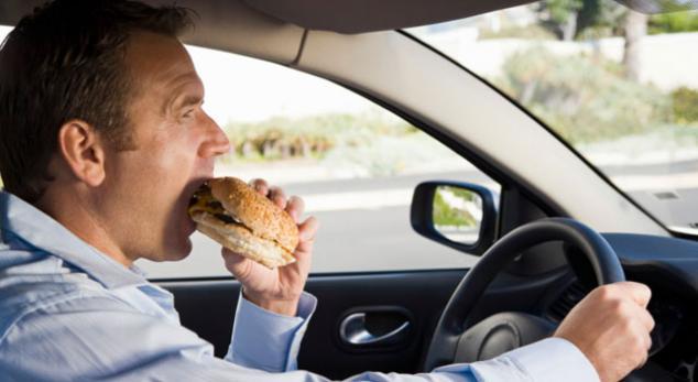 Comendo dirigindo