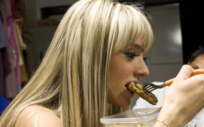 Juju Salimeni comendo
