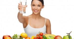 Mulher comendo frutas e água