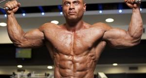 Bodybuilder fazendo bíceps