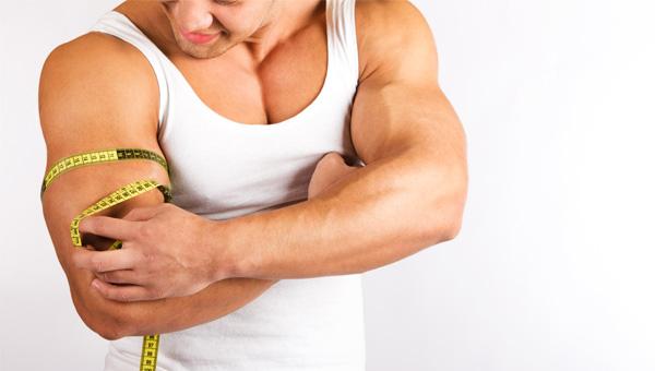 Homem medindo braço