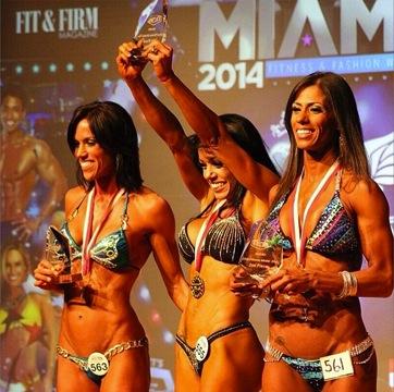 Karla com troféu