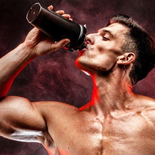 homem tomando um shake whey protein hipercalorico