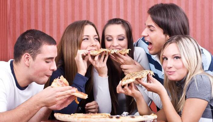 Amigos comendo pizza