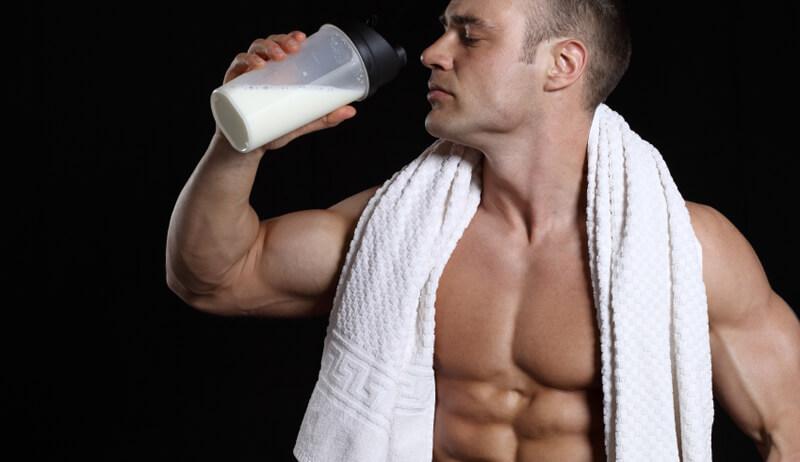 Bebendo shake de proteína
