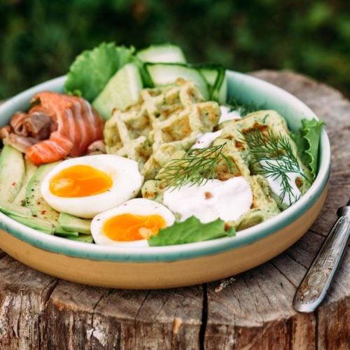 refeição saudável ovo waffle abacate verduras