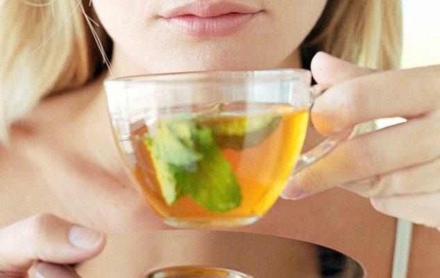 Mulher bebendo chá verde