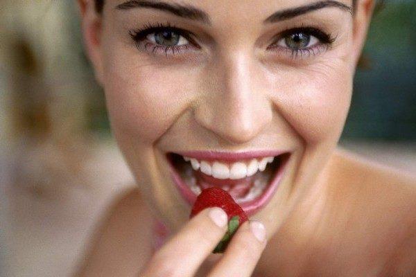 Mulher comendo morango