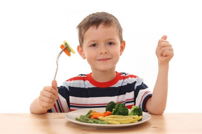 Criança comendo bem
