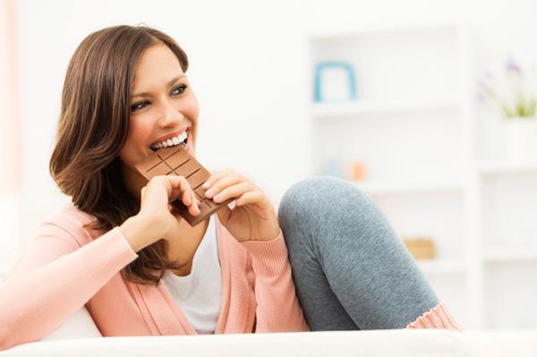 Feliz comendo chocolate