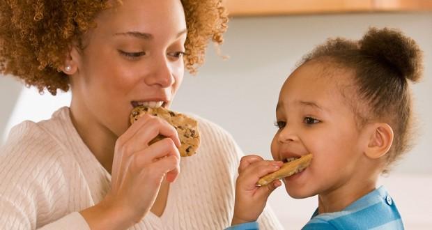 mae-filha-comendo