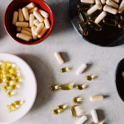 mesa com pillulas de suplementos