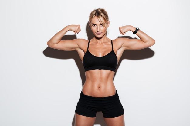 mulher forte exibindo os músculos