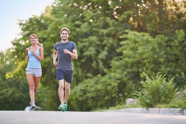 corrida casal correndo