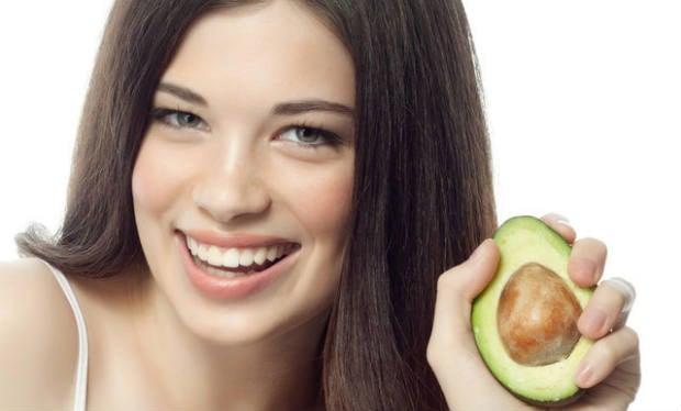 Mulher com cabelo bonito com abacate