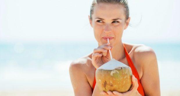 Bebendo água de coco