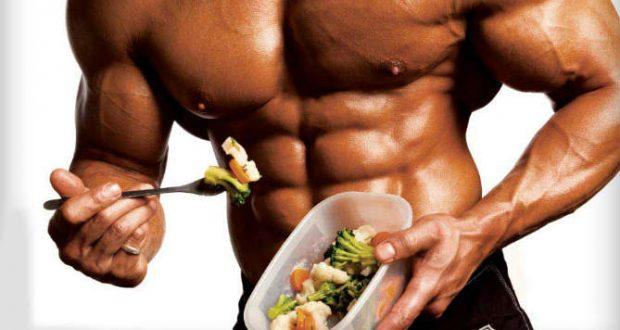 Homem forte comendo