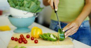 Preparando refeição saudável