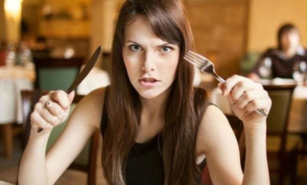 Mulher irritada comendo