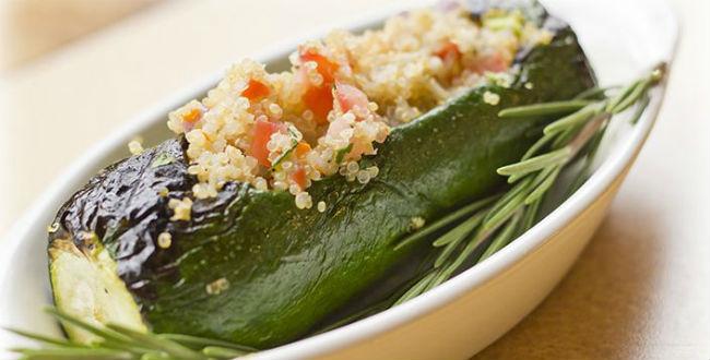 Abobrinha recheada com quinoa