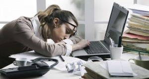 Cansada no trabalho
