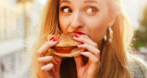 Mulher comendo fast food