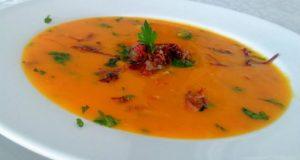 Sopa de abóbora com carne seca