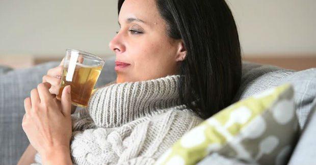 Doente bebendo chá