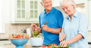 Idosos com alimentação saudável