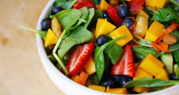 Salada de vegetais com frutas