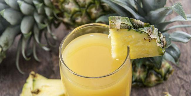 Suco com casca de abacaxi