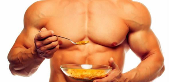 Homem musculoso comendo