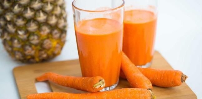 Suco de abacaxi com cenoura