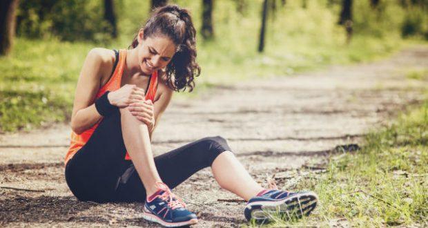 Mulher com lesão no joelho