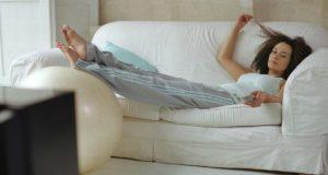 Preguiçosa no sofá